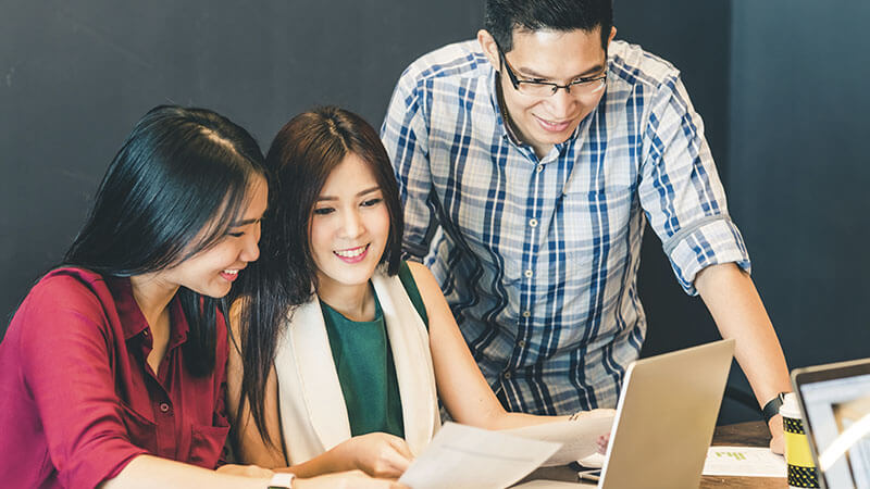 68273162-group-of-young-asian-business-colleagues-or-college-students-in-team-casual-discussion-startup-proje